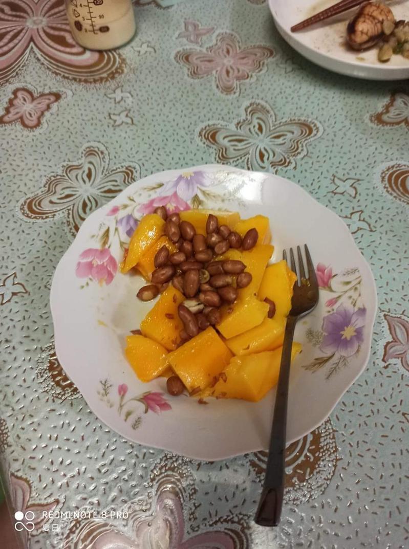 網友表示媽媽吃芒果時會加上花生。圖擷自爆料公社