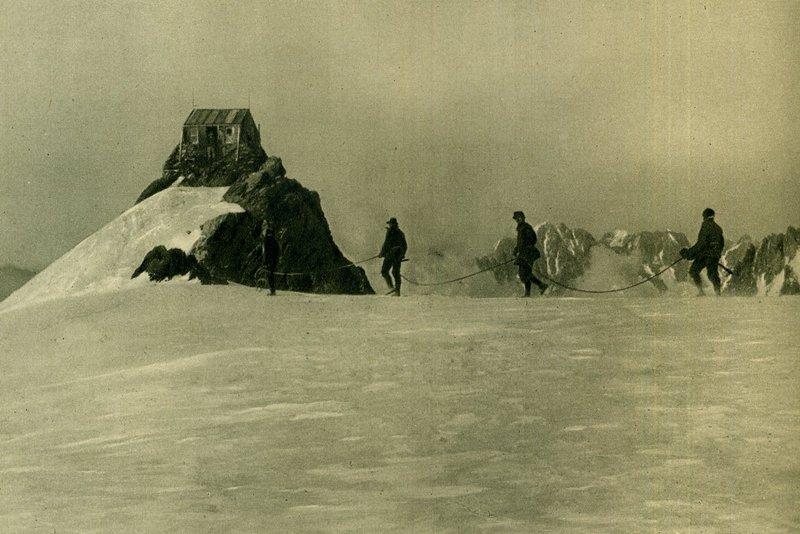 歐洲阿爾卑斯山脈最高峰白朗峰(Mont Blanc)的Vallot避難小屋,只允許緊急避難使用,不可無故留宿,圖攝於1924年。 圖/維基共享