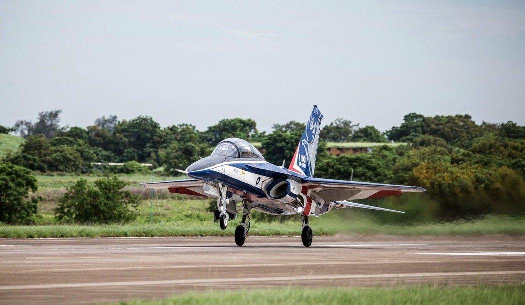 首架高教機「勇鷹」專案由漢翔採用MBD技術所製成,研發人員透過達梭系統3DEXP...