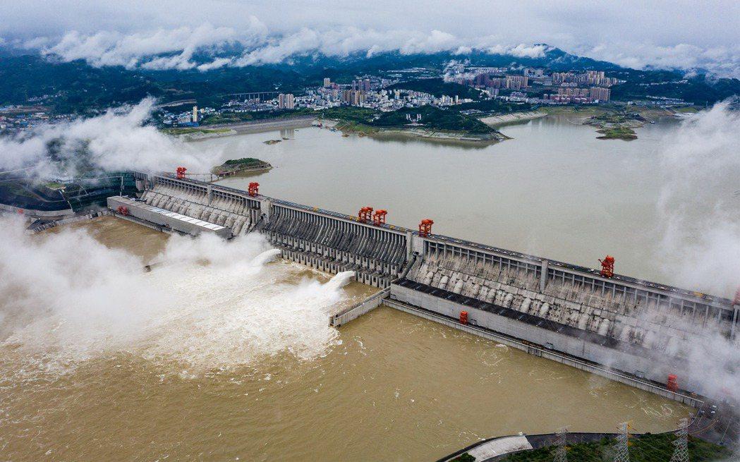 洪患對中國民生經濟的持續衝擊,恐將越演越烈。6月29日,三峽大壩泄洪以因應新一輪洪水。 圖/新華社