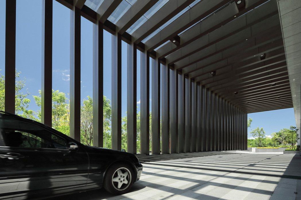 鐵件有其建築魅力,尤其在陽光照耀下,散發流動的建築美。 圖片提供/鼎宇建設