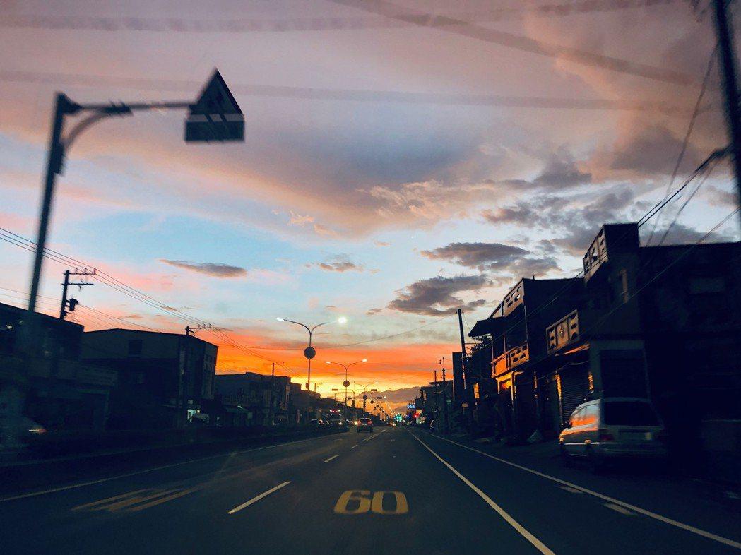 當有著自動駕駛,你可以自在地欣賞夕陽,不用再怕錯過任何的風景。 圖/林承毅提供