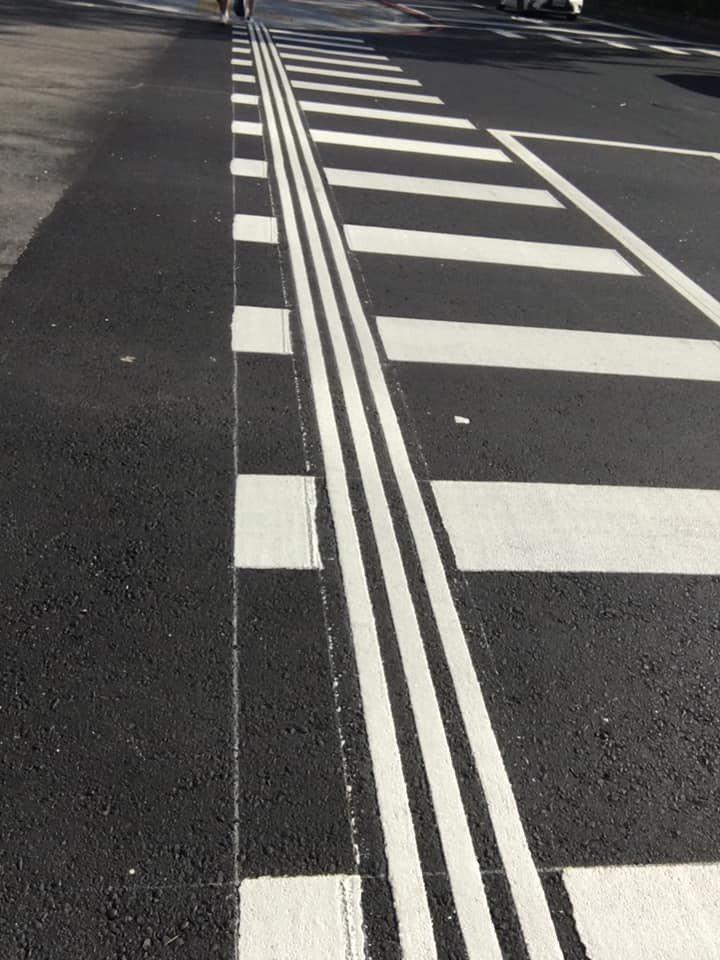 一名女網友走在馬路上時,第一次見到直向排列的斑馬線,不禁發問「三縱條紋到底代表什麼?」圖擷自爆廢公社