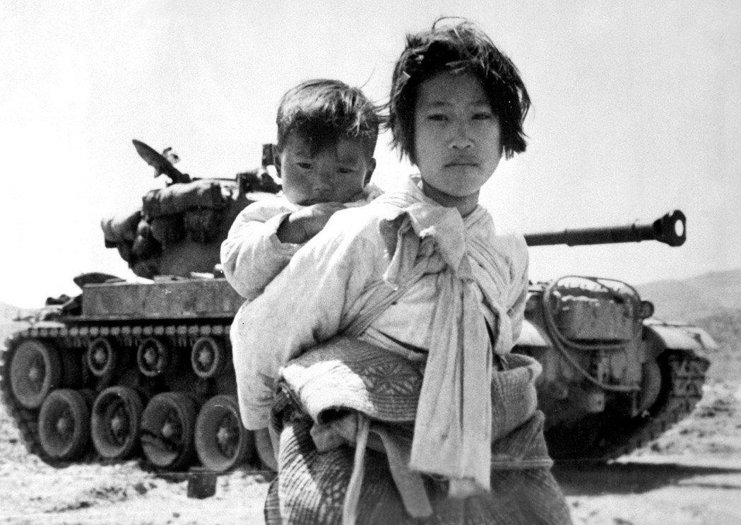 韓戰對於女性的暴力與傷痛,亦是未能撫平的歷史創傷。照片攝於1951年6月9日,在...