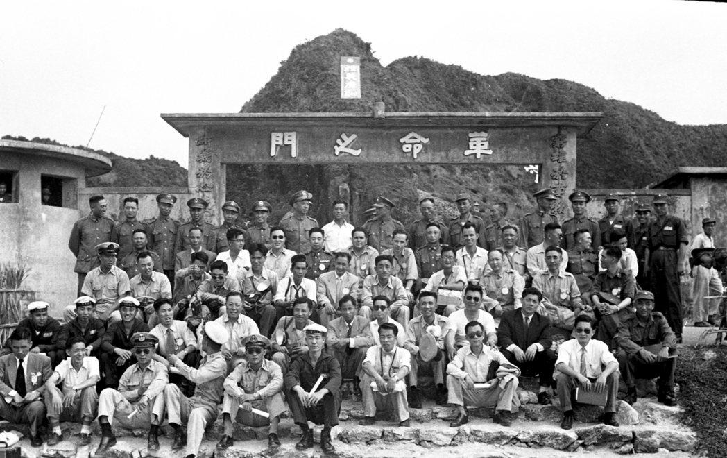 1954年,蔣經國帶著中外記者前來未曾公開的新生訓導處,宣示感化教育的成功。圖為...