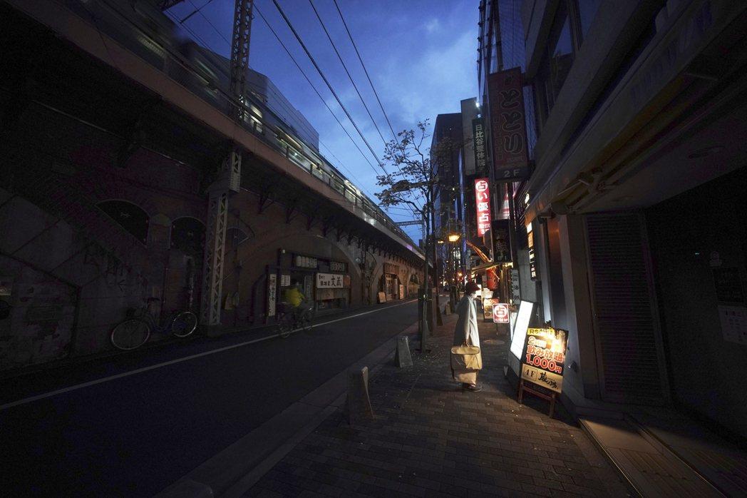 圖為今年疫情期間的東京街頭。海外觀光客幾乎歸零,日本國內的相關產業一片哀嚎,長達...