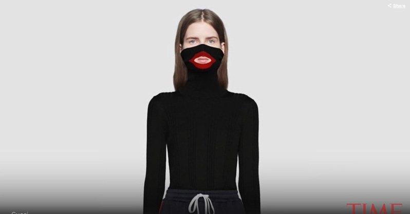 Gucci曾在2019年推出一款高領黑臉毛衣,在嘴巴處留有紅色開口,因酷似「塗黑臉」的裝扮而被迫下架。(Photo by 影片截圖)