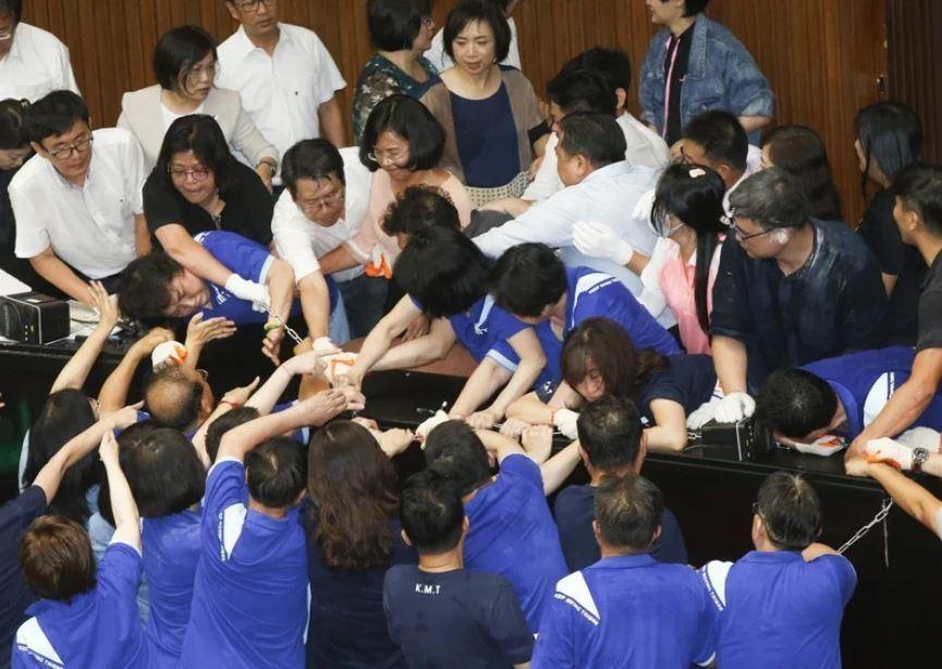 國民黨團昨天突襲占據立法院議場。記者鄭超文/攝影