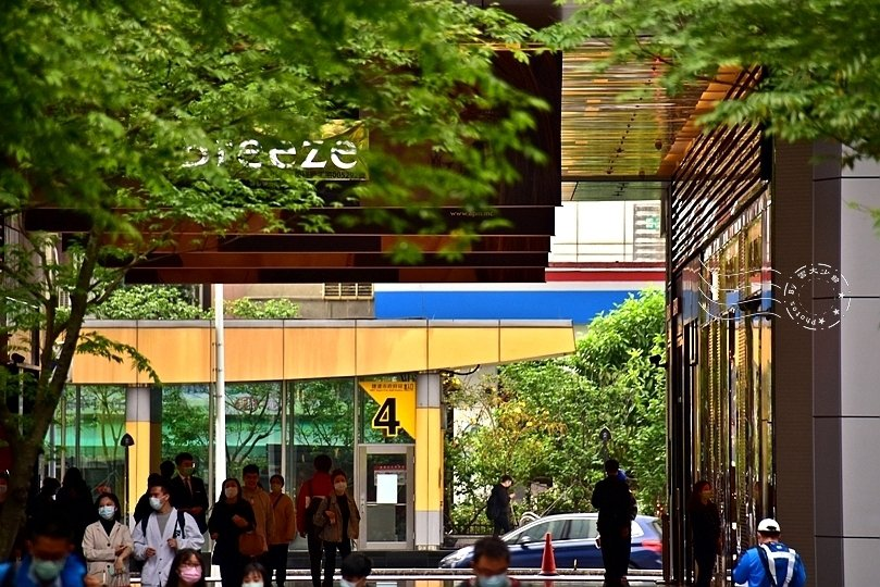 捷運市府站3號出口,微風信義。