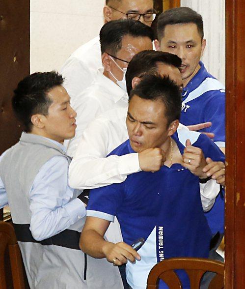 綠委昨展開反攻,重新奪回主席台,立委洪孟楷(前)被勒住脖子架出議場。記者鄭超文/攝影