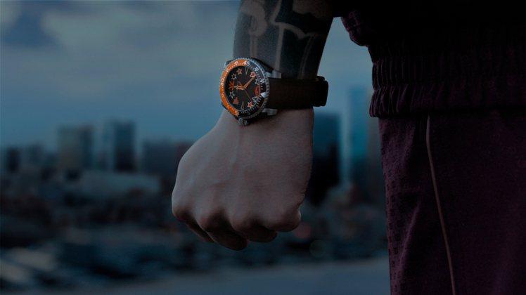 精鋼表殼、40毫米的GUCCI Dive潛水腕表,表面具有橘色或黑色的星星、時標...