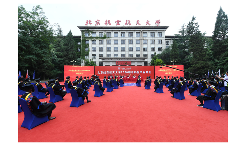 北京航空航天大學29日舉行畢業典禮,但只有少數在校大學部畢業生出席現場典禮,多數畢業生只能透過線上直播參與。(新華社)