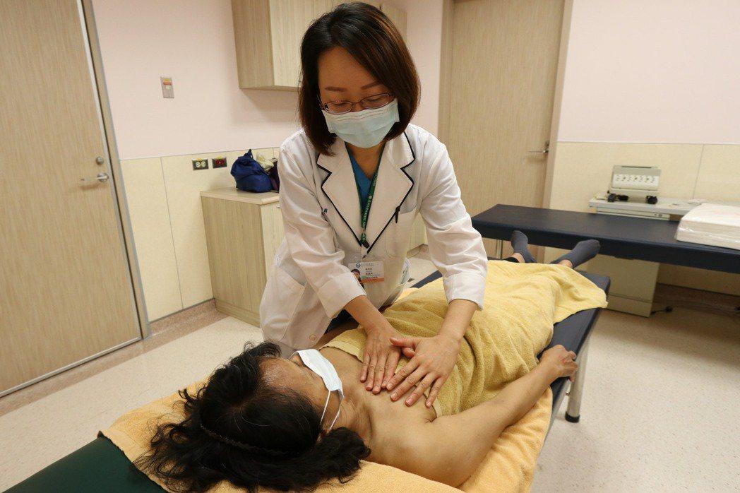 亞洲大學附屬醫院職能治療師張明莉替患者進行徒手淋巴引流。圖/亞洲大學附屬醫院提供