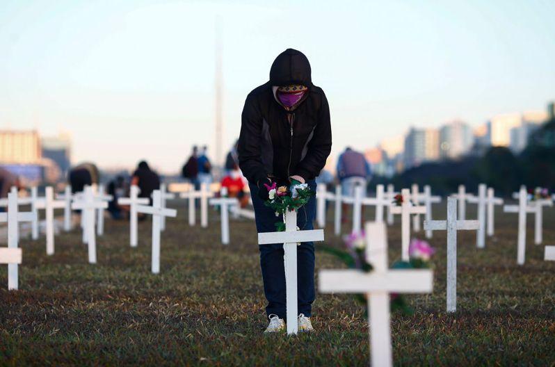 新冠肺炎全球確診數已破千萬。圖為巴西墓園。法新社