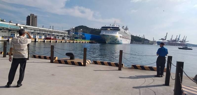 星夢郵輪「探索夢號」今早駛入基隆港,停靠西3號碼頭,吸引民眾駐足觀看。記者邱瑞杰/攝影
