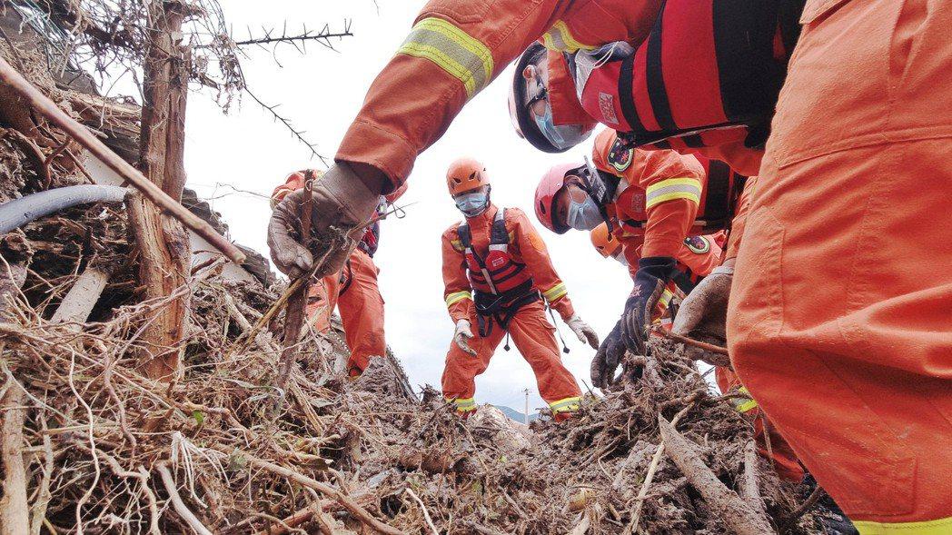 圖為救援人員大雨過後,在四川省涼山州冕寧縣展開搜救工作。(新華社攝)