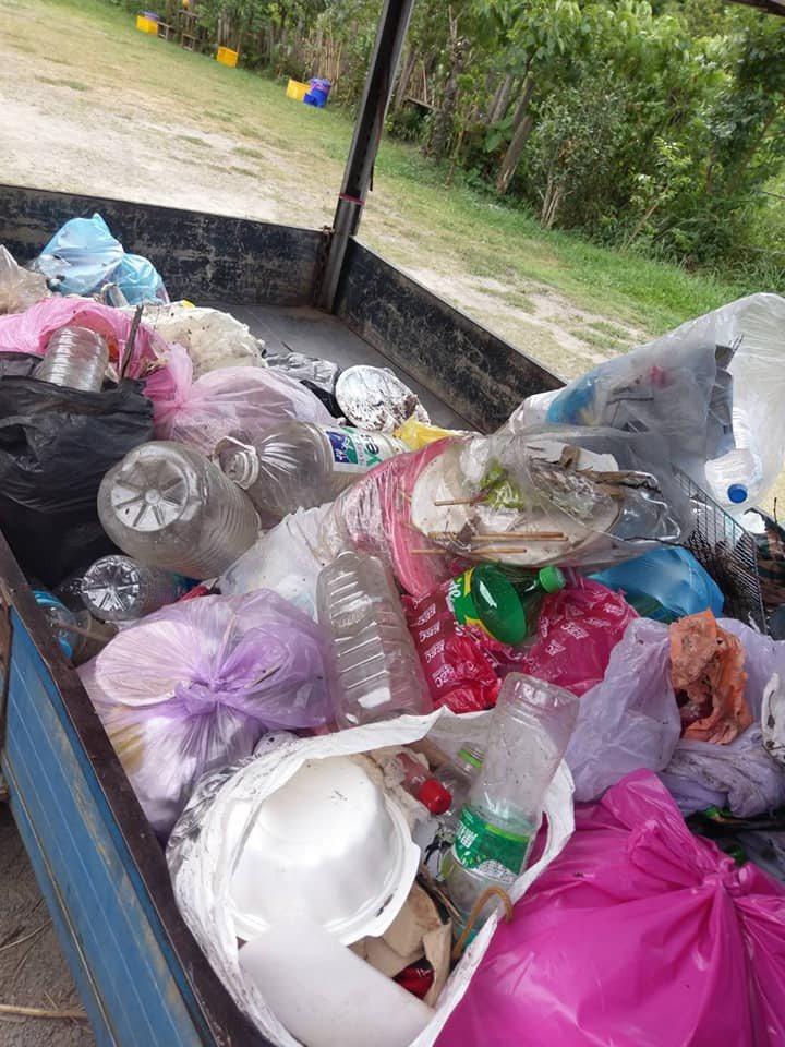 苗栗縣南庄鄉鹿場部落風美溪苦花潭瀑布端午節連假湧現遊客,卻留下大垃圾,居民清出一大堆。圖/高聖光提供