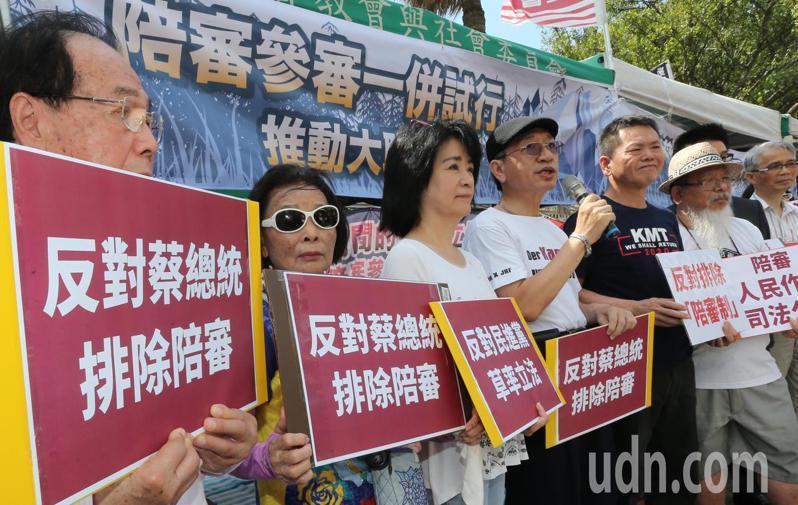 民間司法改革基金會、台灣陪審團協會等團體上午在立法院前舉行「民進黨排除陪審欠缺誠信」記者會,反對陪審制排除在外,呼籲臨時會不該處理國民參審草案。記者曾學仁/攝影