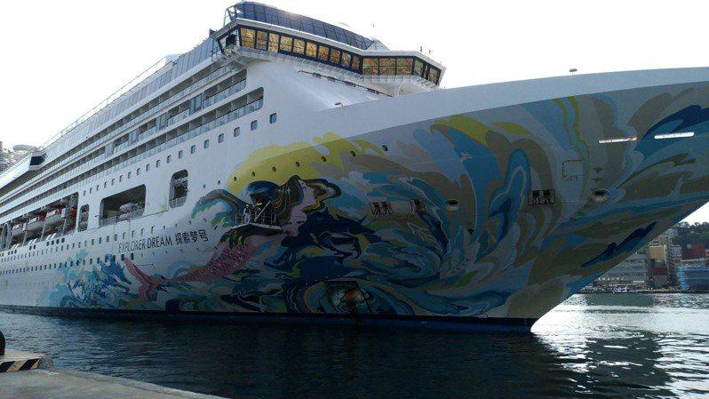 搭載588名船員的郵輪「探索夢號」今天上午靠泊基隆港,其中50名船員留在船上,其餘船員載送到旅館居家檢疫,為8月2日跳島首發航程做好萬全準備。圖/航港局提供