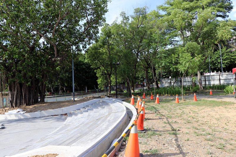 嘉義市長黃敏惠等人視察KANO園區的「步行散策、樂活水岸」工程,將打造地景滑梯場等設施。圖/嘉義市府提供