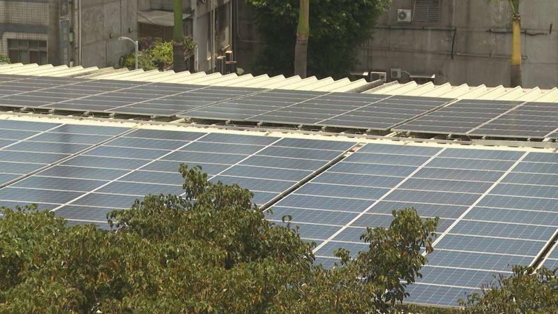 泰山國小在原本閒置的屋頂加裝了太陽能電板,108年度的發電量度數為10萬3503度,而學校同年用電量為36萬2440度,足以應付約1/3的發電量,而這些販售給台電的電力,就會轉為回饋金挹注給學校作為維修節電設備的經費。記者顏凱勗/攝影
