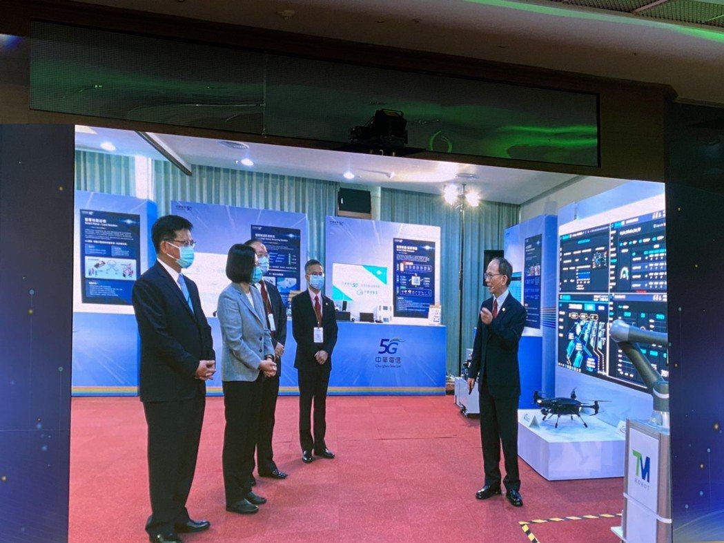 中華電今(30)日舉行5G啟航儀式,包含總統蔡英文、交通部長林佳龍皆出席力挺。記...