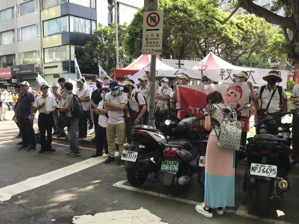 大同公司員工在公司外舉起布條,高喊「拒絕中資」、「捍衛大同」等口號宣示立場。記者...