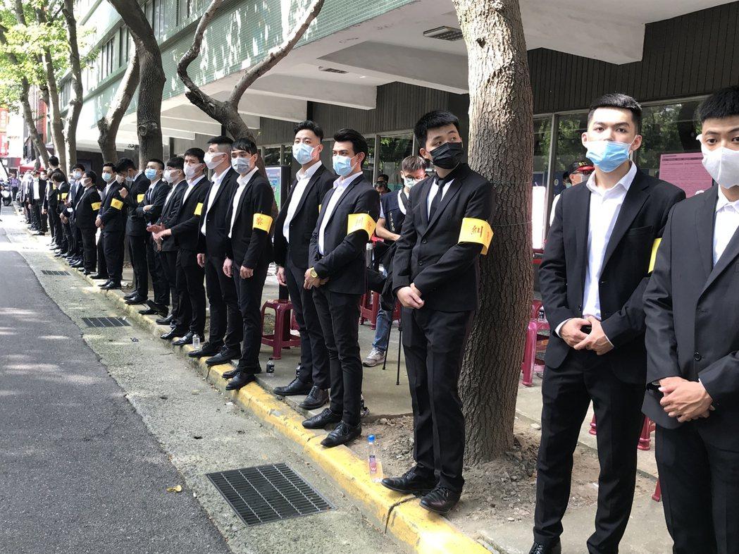 大同公司派「糾察隊」在進場動線旁築起人牆。記者蔡銘仁/攝影