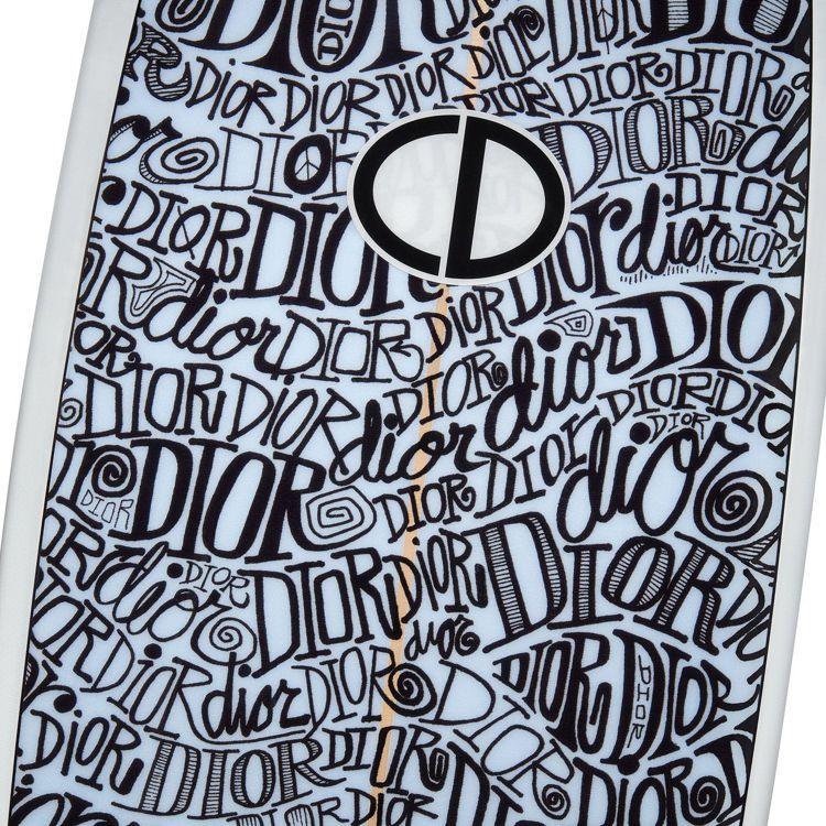 DIOR x Shawn Stussy衝浪板的塗鴉視覺如催眠般迷幻,波浪型DIO...