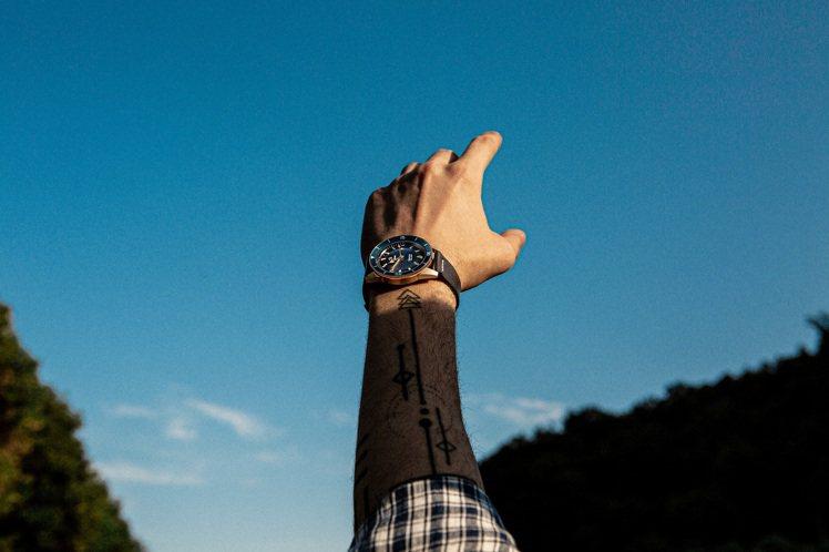青銅是近年腕表的大熱材質,RADO今年則推出藍色表面的CaptainCook潛水...