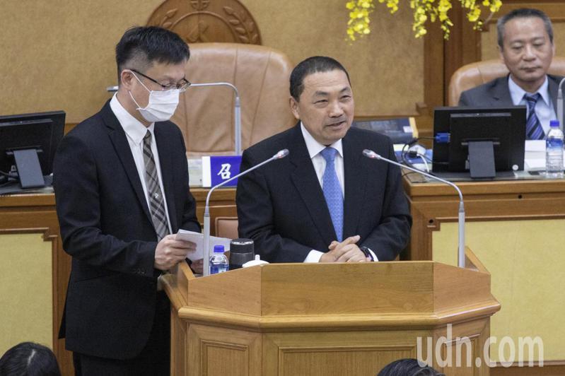 新北市長侯友宜(右1)說,兼任行政職與備課2日都有給薪,新北人均預算與台北市相同他就會做,他也在向民進黨執政的中央爭取預算。記者王敏旭/攝影