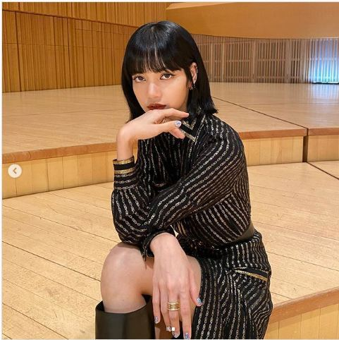 天團BLACKPINK的團員LISA於新曲全球發布會上,以BVLGARI B.z...