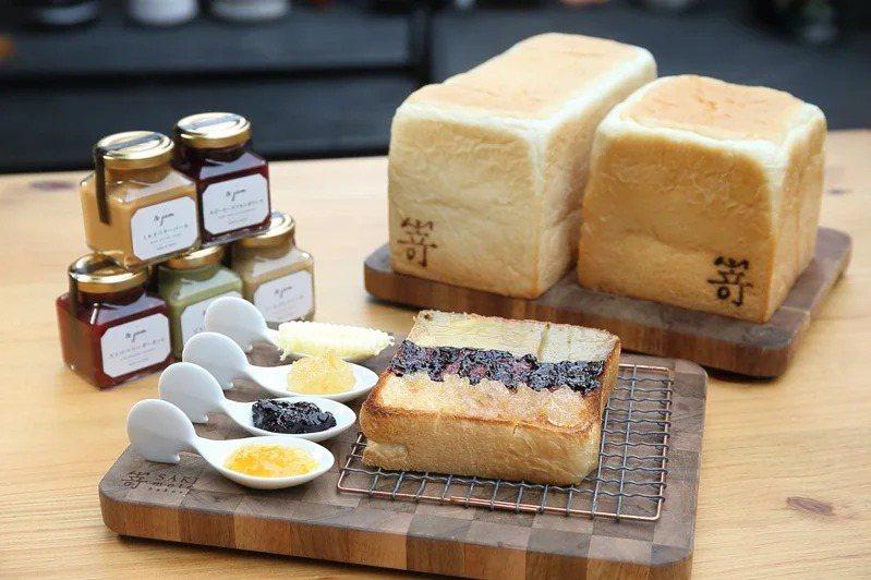 嵜本生吐司供應有極美自然吐司、極生奶油牛奶吐司、果醬與果醬吐司套餐。記者陳睿中/攝影