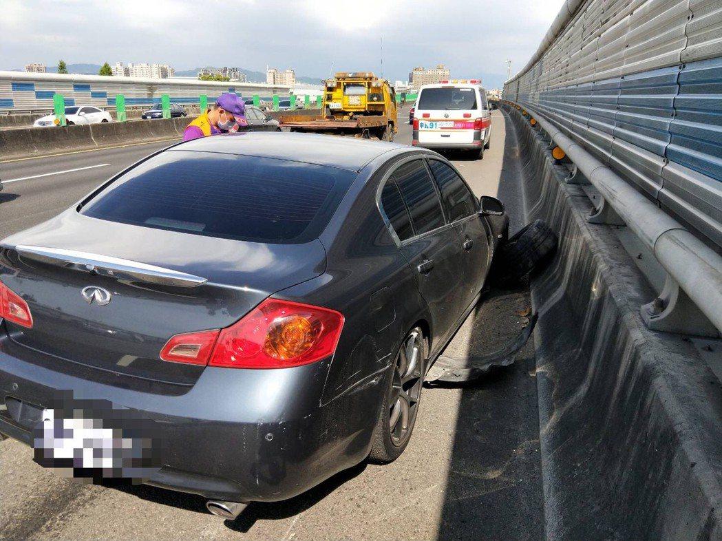 先前在國道上發生兩輛小客車互相逼車的三寶行車情形,交通部將針對惡意逼車行為修法,...