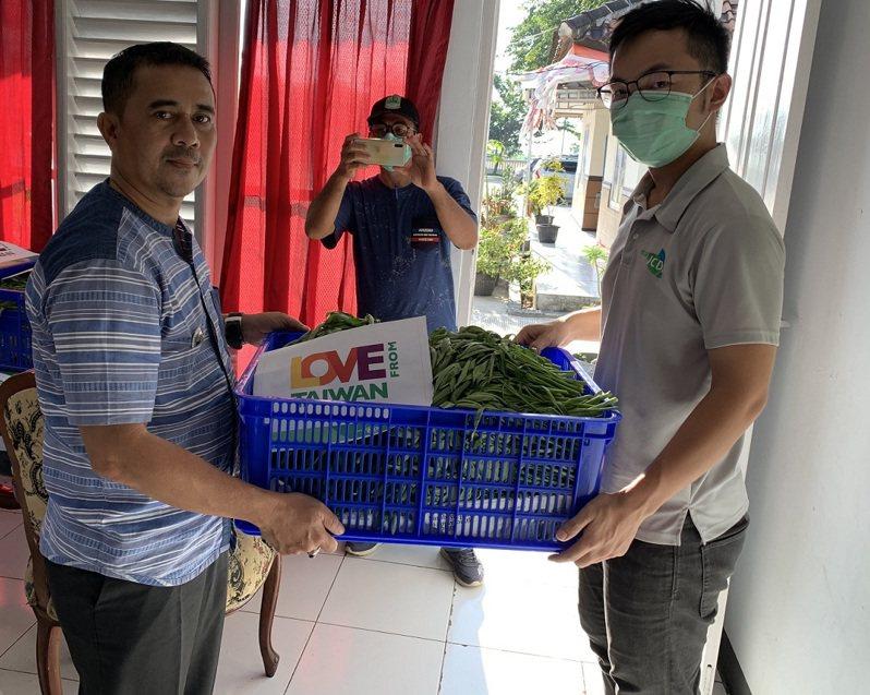 國合會駐印尼技術團捐贈蔬菜給當地縣政府。圖/國合會提供