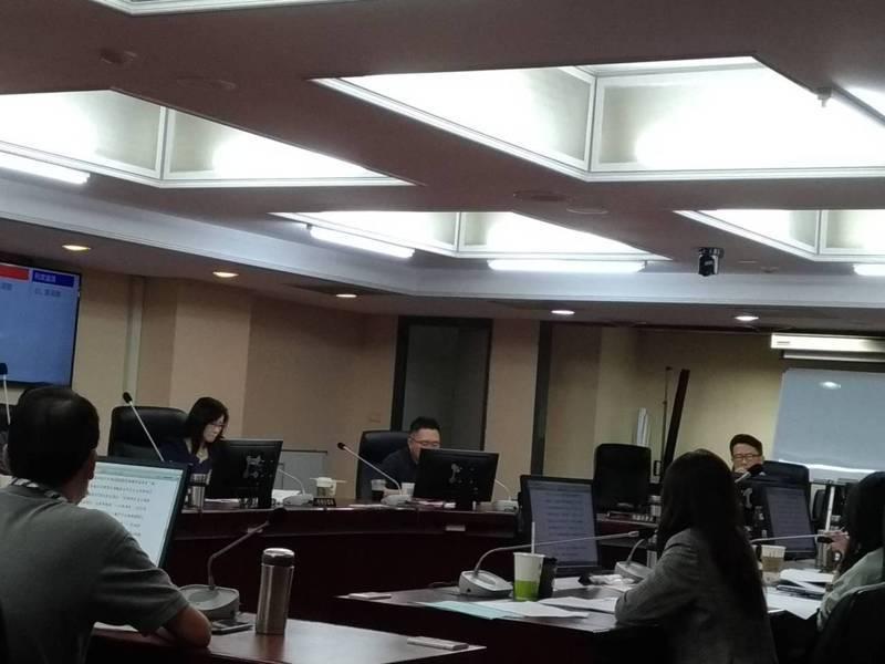 台北市觀光傳播局長劉奕霆列席議會教育委員會報告市府觀光振興策略,議員批評,北市府的觀光振興方案「不及格」。記者林麗玉/攝影
