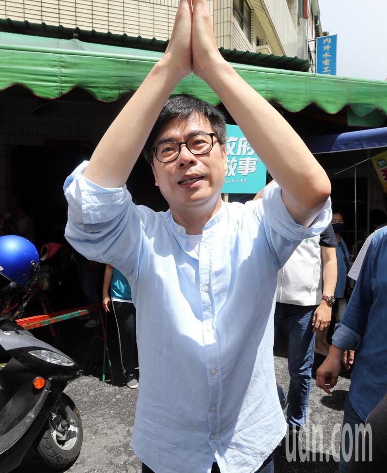 民進黨高雄市長補選參選人陳其邁今天上午到苓雅區三和市場拜票,爭取選民支持。記者劉學聖/攝影