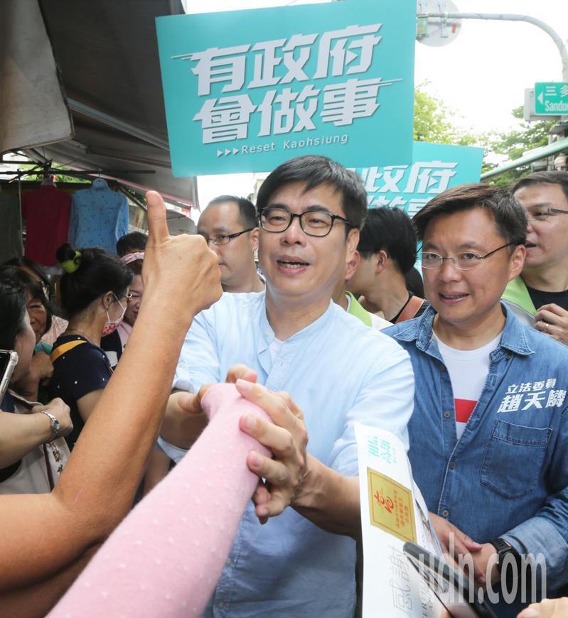 民進黨高雄市長補選參選人陳其邁拜票,爭取選民支持。圖/聯合報系資料照片