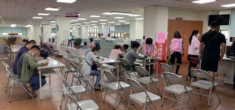 擴大急難紓困案最後一天申請,高雄市三民區公所上午持續受理。圖/高雄市三民區公所提供