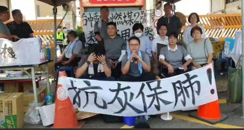 台中市兩位年輕議員黃健豪(前排中)、羅廷瑋(前排左)在中火門口靜坐、絕食。圖/攝自黃健豪臉書