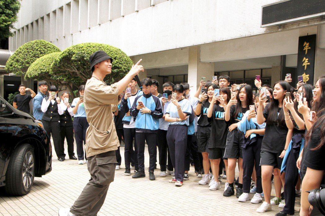 高爾宣與學生開心合唱。圖/Hit Fm提供