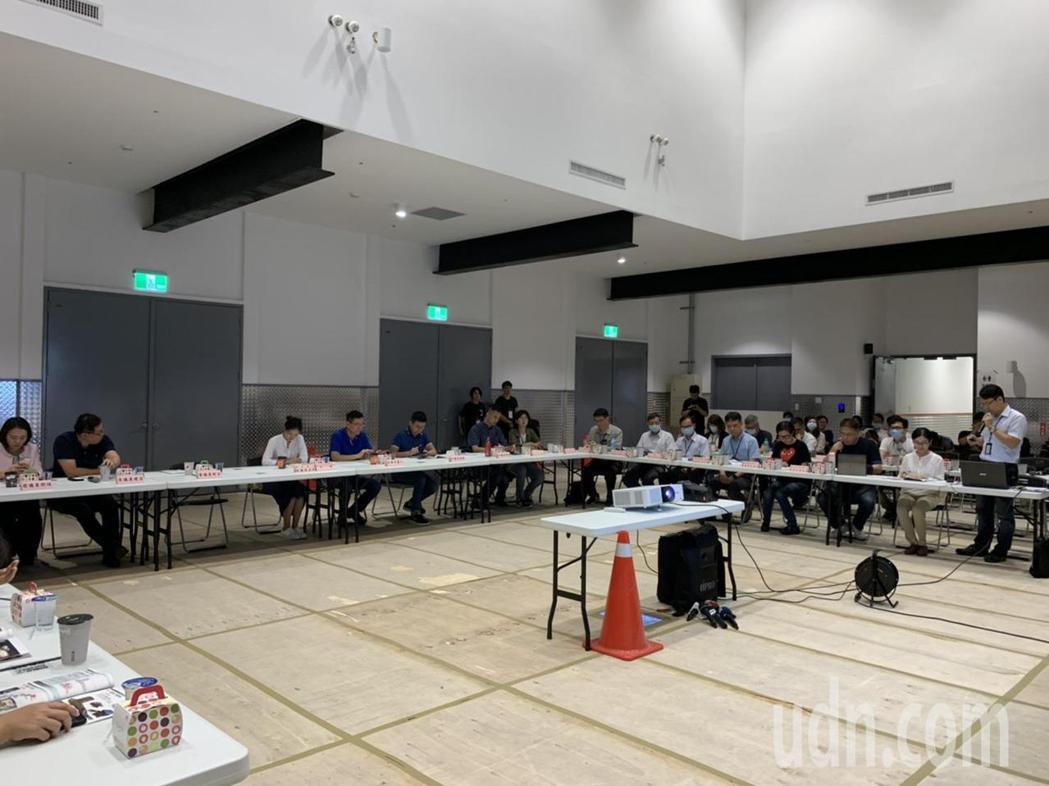 台北市議會民政委員會今上午至北流市政考察,聽取北流工程計畫進度,會中也聚焦防疫,...