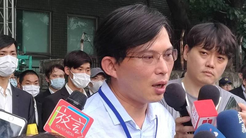市場派提名參選獨立董事的前立委黃國昌,今日在大同股東會後,他大為不滿的強調,「公司派剝奪50%投票權,主席兼裁判,此例一開,台灣資本市場成為國際大笑語。」記者張義宮/攝影
