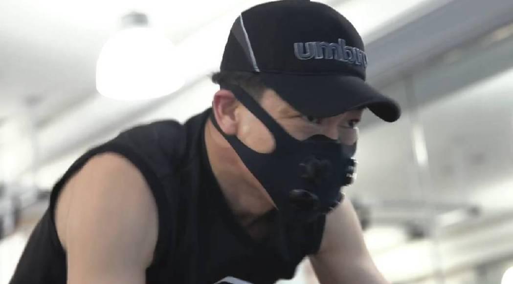 AKIRA訓練時戴著特殊口罩。圖/摘自IG