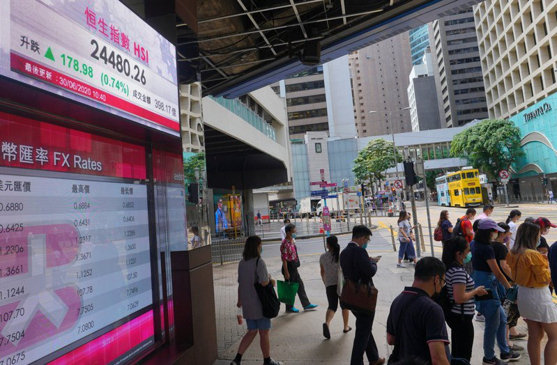 圖為30日上午香港街頭景象。(美聯社)