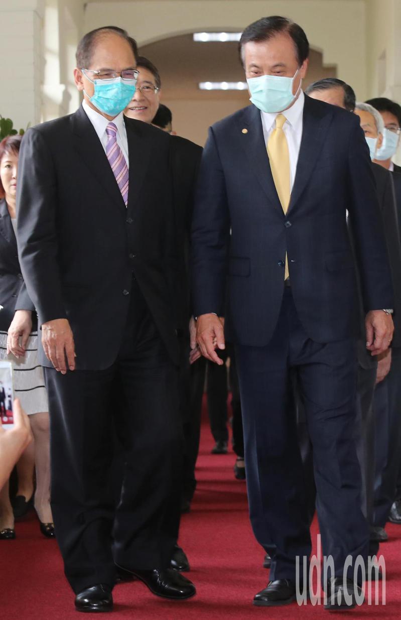 總統府秘書長蘇嘉全(右)下午與考試院院長提名人黃榮村、副院長周弘憲等人一同拜會立法院長游錫堃(左)。記者曾學仁/攝影