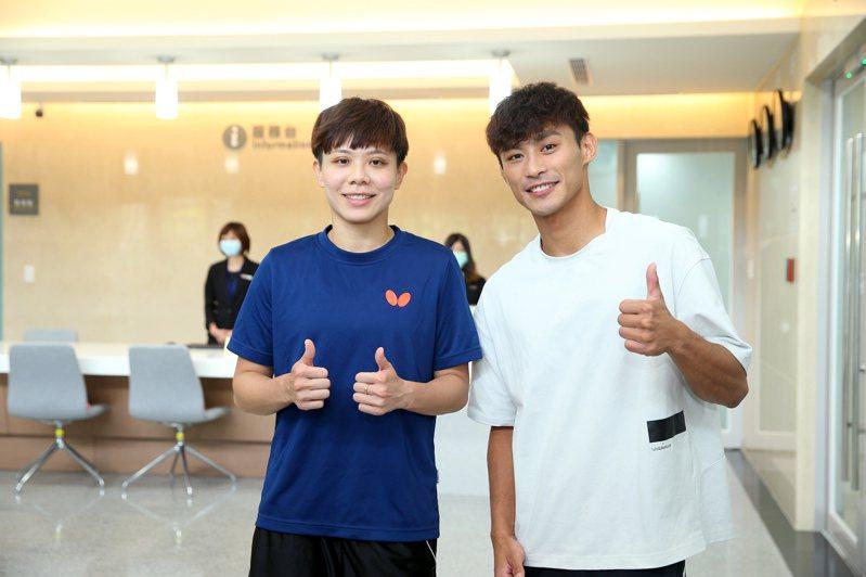 鄭怡靜(左)和楊勇緯對新宿舍十分滿意。記者余承翰/攝影