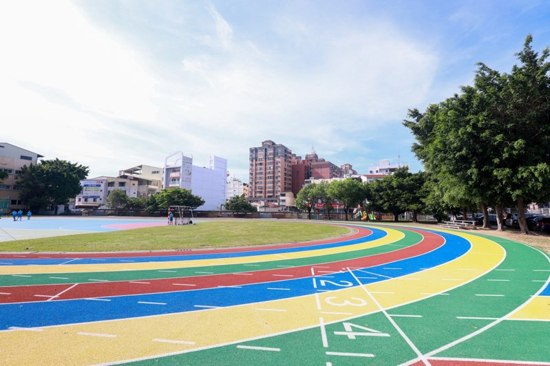 潭子國小今天辦110周年校慶活動,修建彩色跑道同時啟用。圖/台中市政府提供