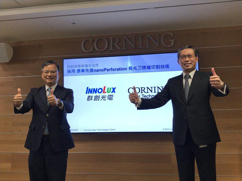 群創光電總經理楊柱祥(左)與台灣康寧總經理曾崇凱開心宣布合作。記者李珣瑛/攝影