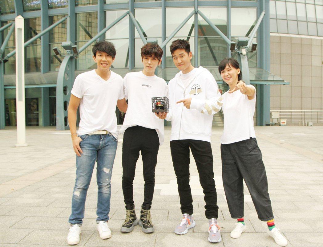 畢書盡(左二)、周興哲(左三)獲頒多獎。圖/Hit Fm提供